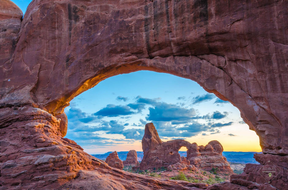 Der Turret Arch durch eines der Windows im Sonnenuntergang in Szene gesetzt