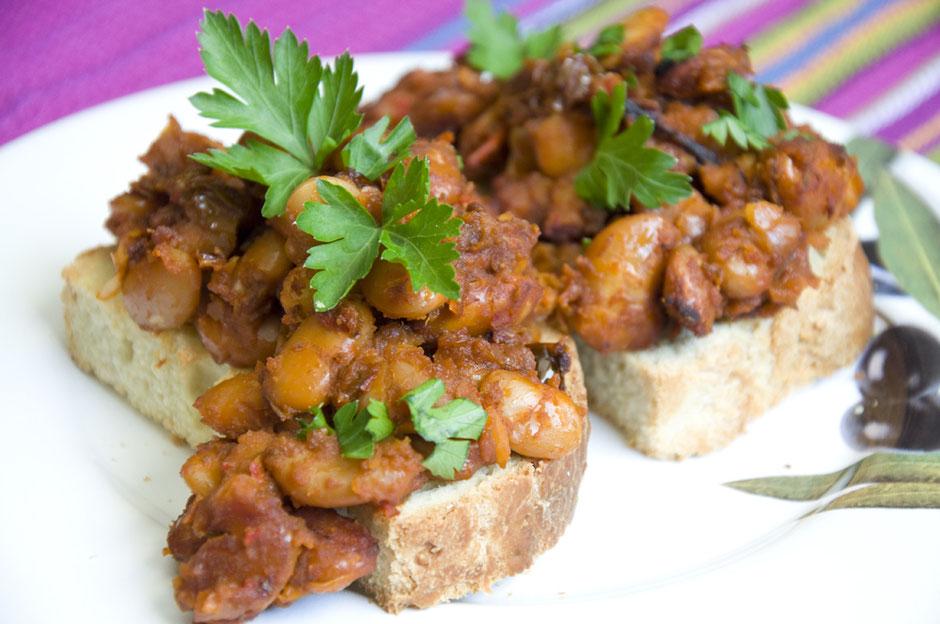 Veganes Baked Beans Crostinis