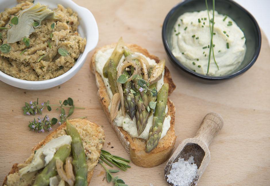Cashew-Frischkäse mit Kräutern und grünem Spargel vegan