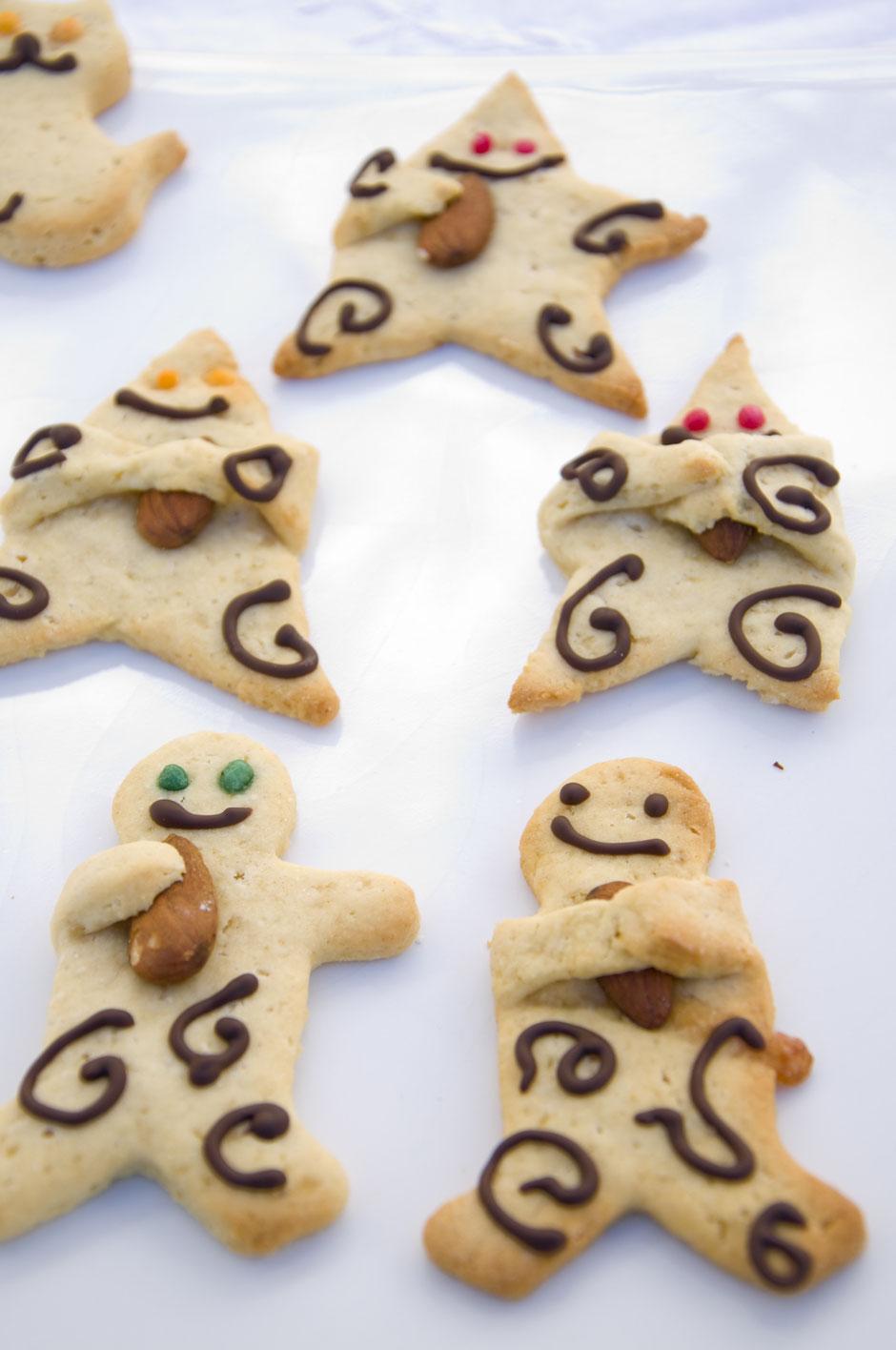 Vegane Lebkuchenmännchen und Sterne mit Mandeln