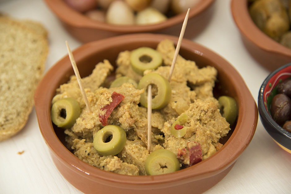 Vegane Medaillons mit Mandelsauce und Oliven