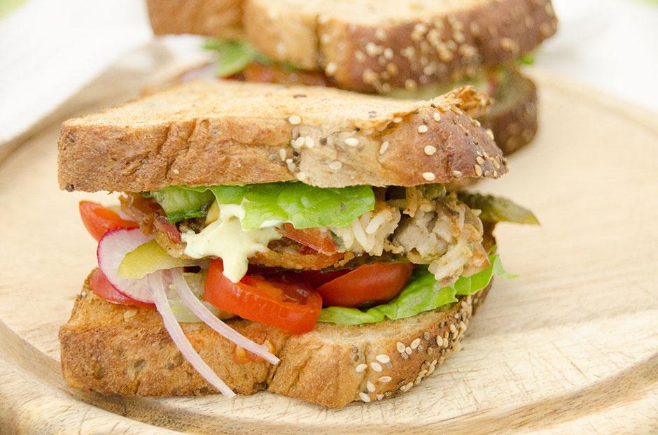 Vegane Reisküchlein mit Koriander-Currydip im Sandwich
