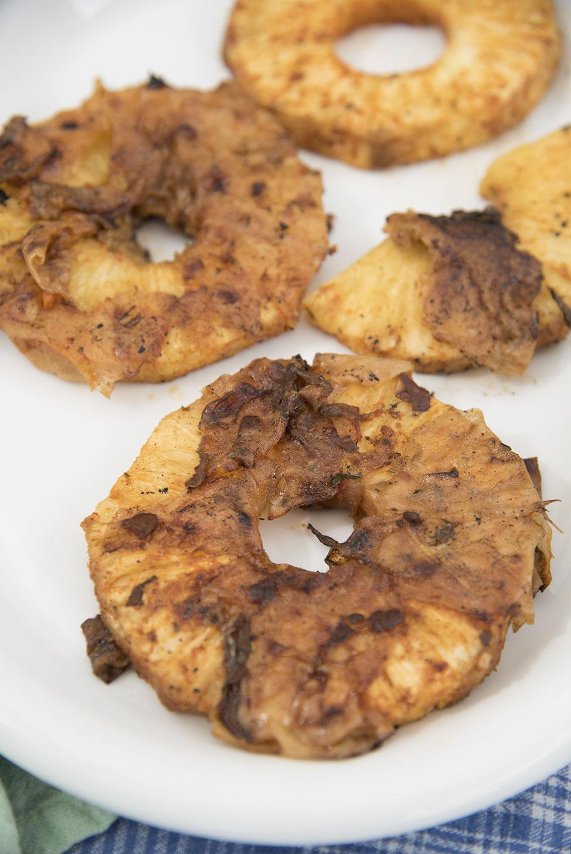 Gergillte Ananas mit veganem Bacon