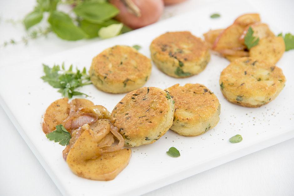 Kartoffelplätzchen mit Äpfeln und Zwiebeln, vegan
