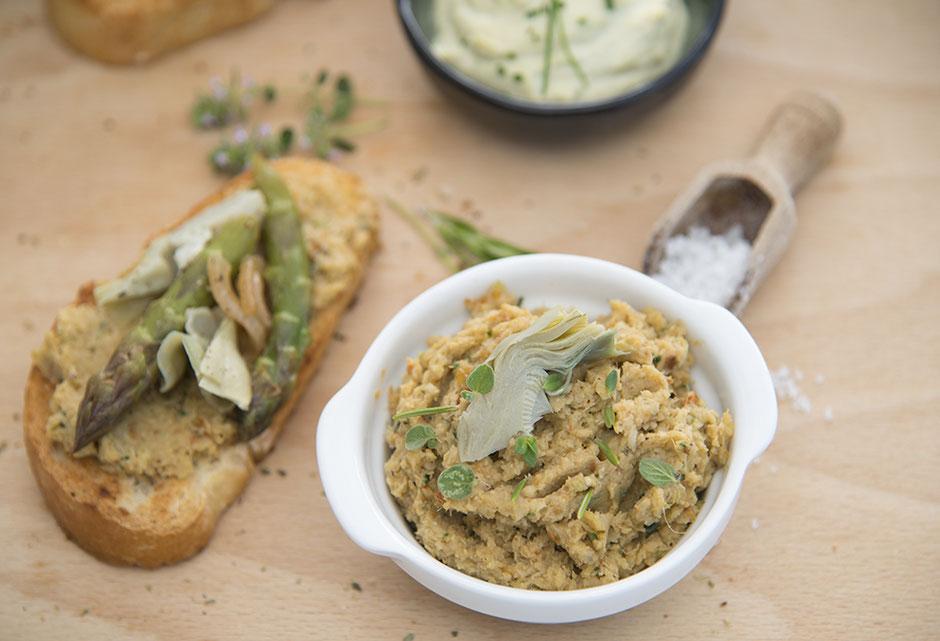Bruschetta mit grünem Spargel  und Artischockencreme vegan