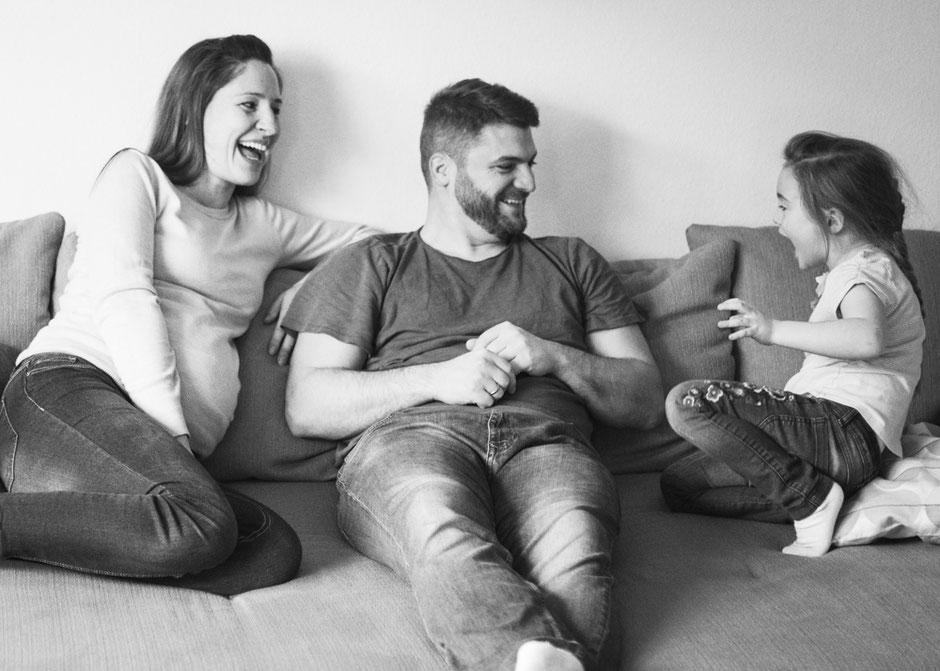 natürliche Babybauchbilder Saarland, Babybauchshooting mit Geschwisterkind Saarbrücken, Fotografie Corinna Mamok, Babybauchfotos mit Partner Saarbrücken