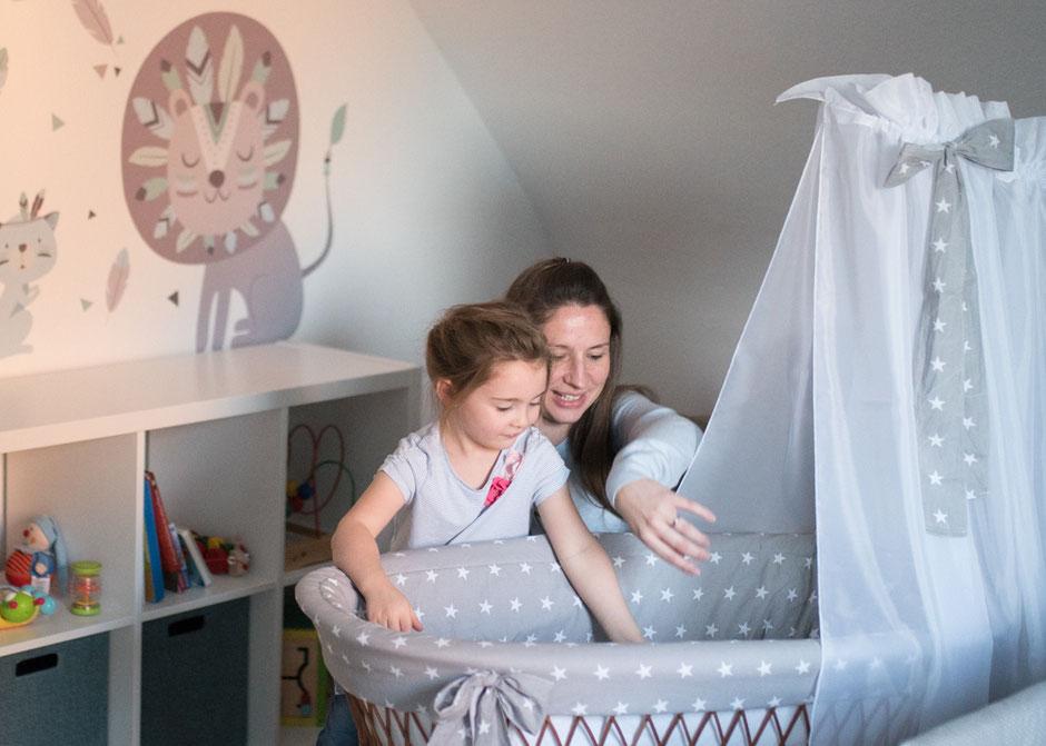 natürliche Babybauchbilder Saarland Indoor, Babybauchshooting zu Hause Saarbrücken, Fotografie Corinna Mamok, Babybauchfotos Saarbrücken