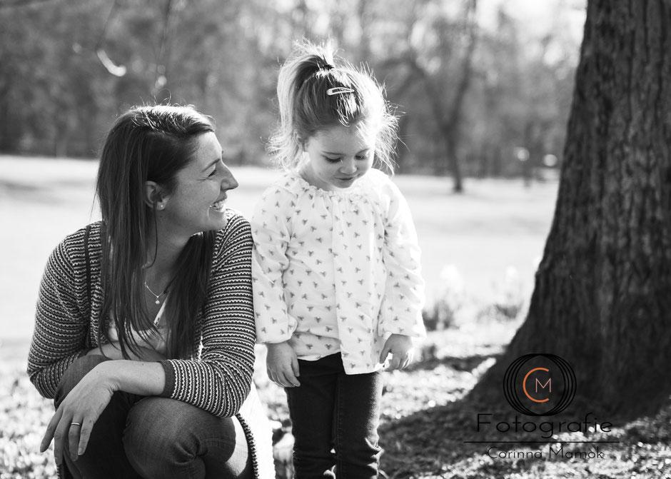 Mutter-Tochter-Shooting draußen Corinna Mamok