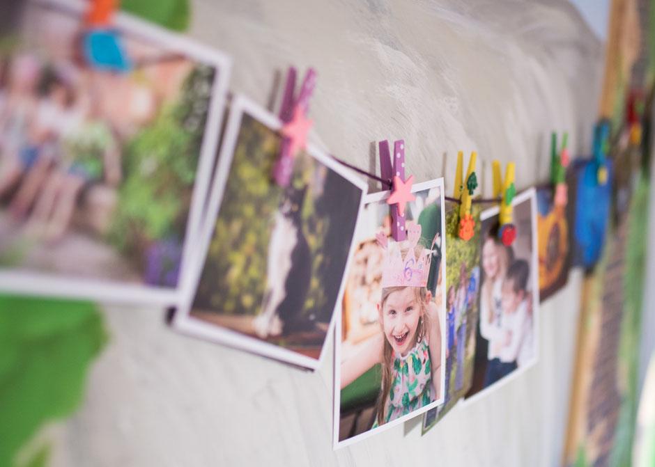 Fotowand Kinderzimmer, Fotografie Corinna Mamok, Fotowände, Wanddeko mit Bildern, Wände mit Fotos dekorieren, Fotos im Kinderzimmer