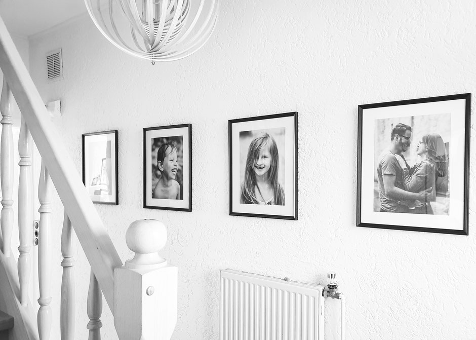 Fotowand Flur, Fotografie Corinna Mamok, minimalistische Fotowand, s/w Portraits Flur, Bilderwand Flur, minimalistische Bilderwand
