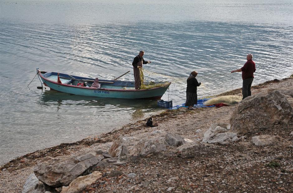 Fischer flicken ihr Netz am Egirdir-See