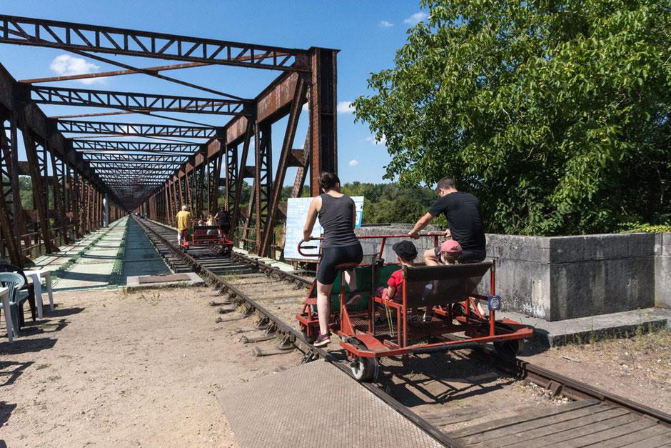 Alle haben ihren Platz gefunden, die Fahrt beginnt direkt bei der alten Eisenbahnbrücke