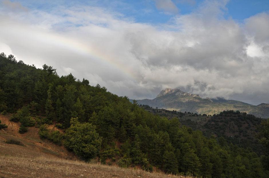 Die Regenwolken hängen noch in den Bergen