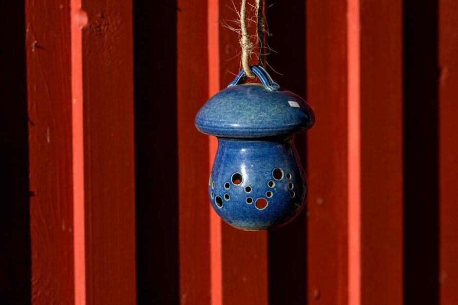 Corona. Die Töpferei in Nümbrecht-Distelkamp ist geschlossen. Aber die Töpferware wird nicht versteckt. Im Garten und an der Werkstatt hängen die Schmuckstücke.