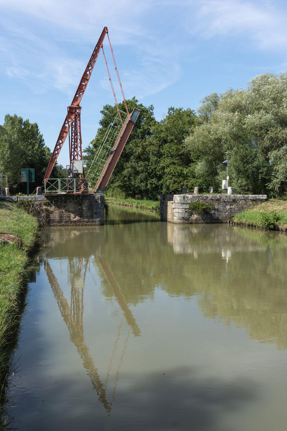 Eine Zugbrücke am Canal du Nivernais