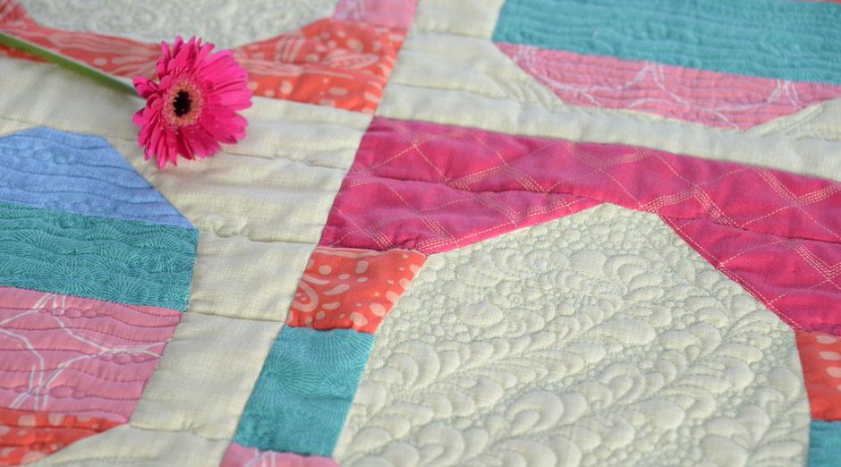 Patchwork Osterei mit Feder Quilt Muster und Blume