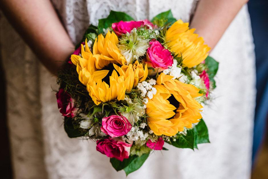 Brautstrauß mit Sonnenblumen und Rosen
