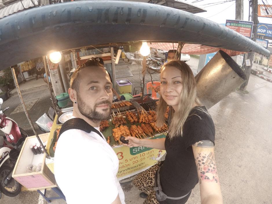Streetfood, Thailand, Chumphon, Nightmarket, Nachtmarkt, Backpacker, Foodporn, Zwei auf Achse, Fleischspieße,