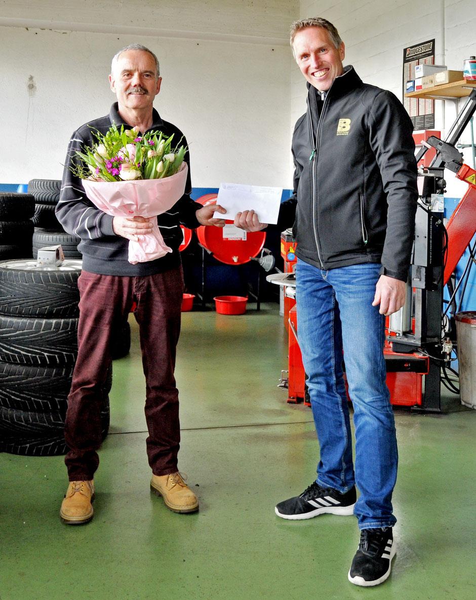 Übergabe der Spende: Hansueli Weiss (links), Vertreter der Stäfner Garagisten, und Brunegg-Geschäftsführer Thomas Schmitz