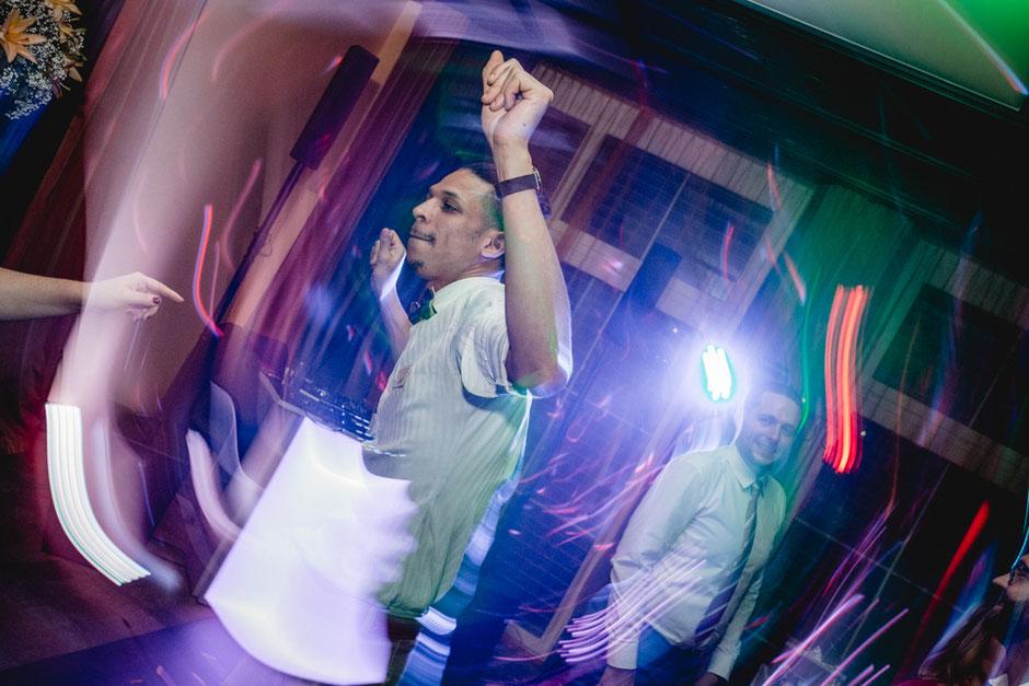 Tanzen bedeutet Bewegung. Fotos sind zwar statisch aber mit kreativem Blitzlichteinsatz wird auch hier Bewegung und Dynamik ins Bild gebracht.