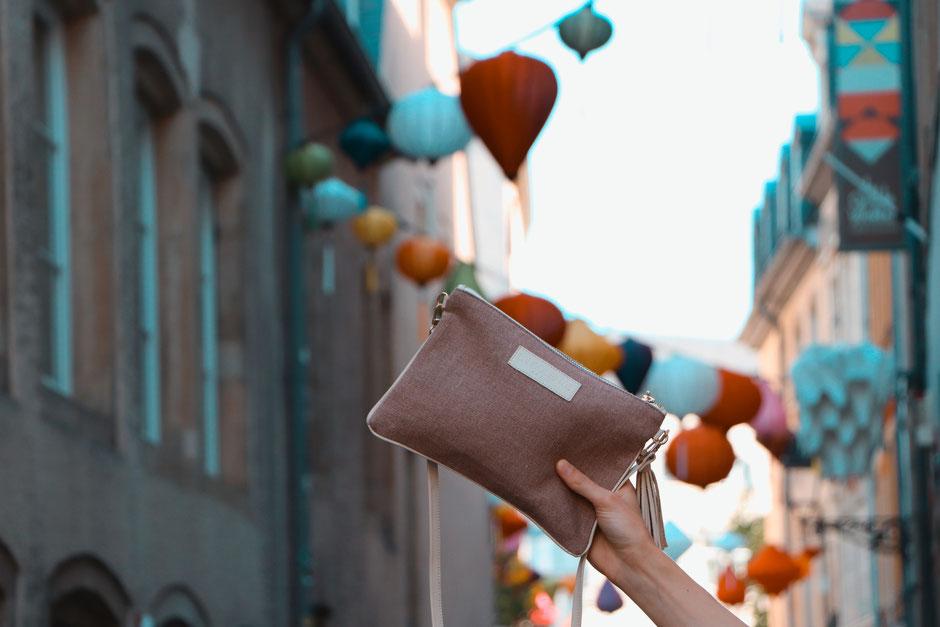 pochette-sac-sacamain-zippee-rose-beige-maroquinerie-linsolenteparis-vacacances-tendances-designfrancais-madeineurope-lin-francais-cuir-italie