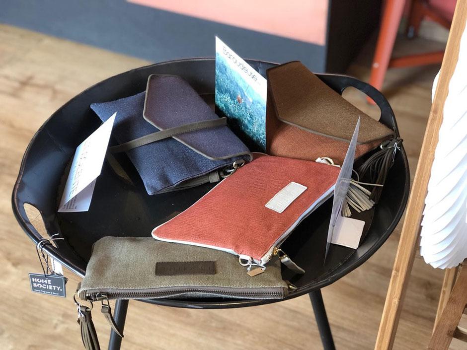 Accessoire de mode en lin, concept store suits, points de vente L'Insolente Paris. Sacs et pochettes en 100% lin et cuir sac et pochette dessinés en France