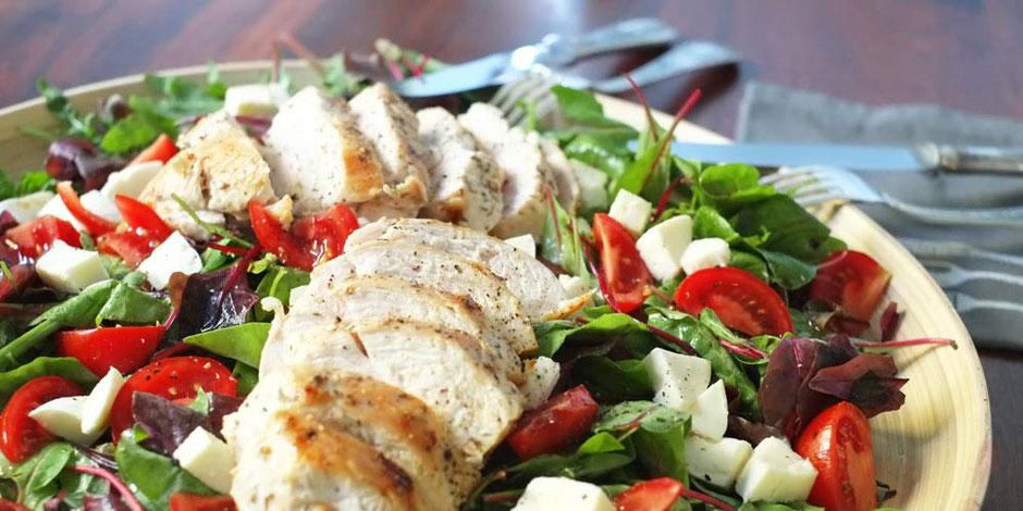 Kerstins Keto, Pflücksalat mit saftiger Hühnerbrust