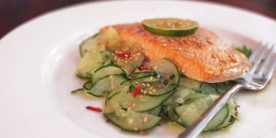 Keto Limette-Sesam-Lachs mit Koriander-Gurken-Salat