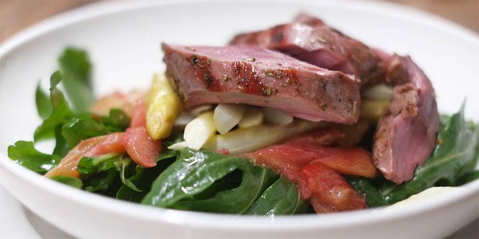Keto lauwarmer Spargel-Rucola Salat mit Rhabarber und rosa gegrilltem Steak