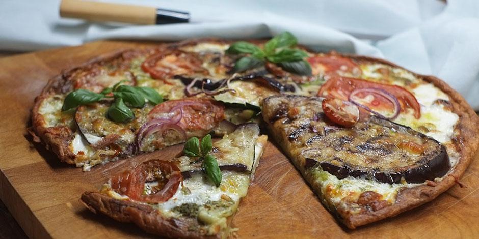 Kerstins Keto, White Keto Pizza mit mediteranem Gemüse und Ziegenrahm