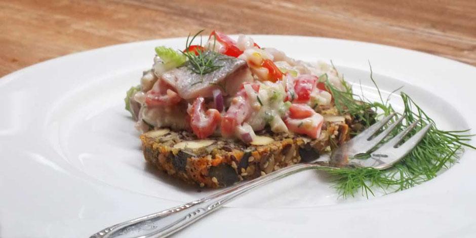 Keto Matjes Salat mit Staudensellerie und Senfdressing