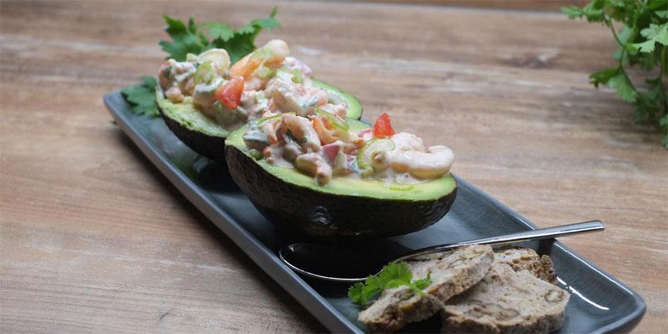 Kerstins Keto, Avocado mit Fischlis und Yoghurt-Koriander Mayonnaise