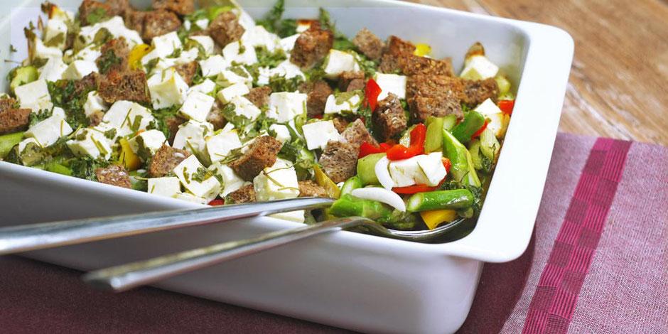 Kerstins Keto, knackiger Gemüseauflauf mit Hirtenkäse, Ketokroutons und grünem Spargel