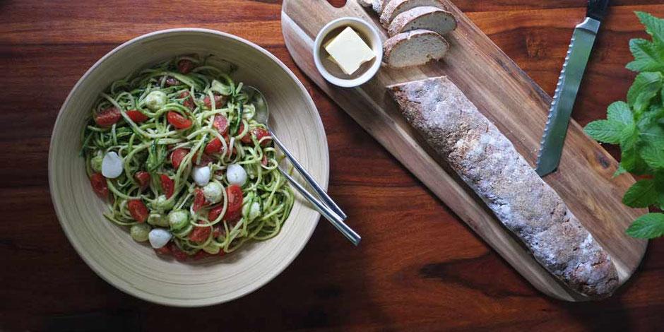 Keto Zoodles mit Tomaten, Mozzarella und Pesto