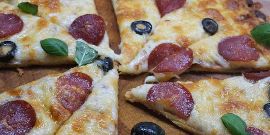 Keto Pizza mit Kokosmehlboden