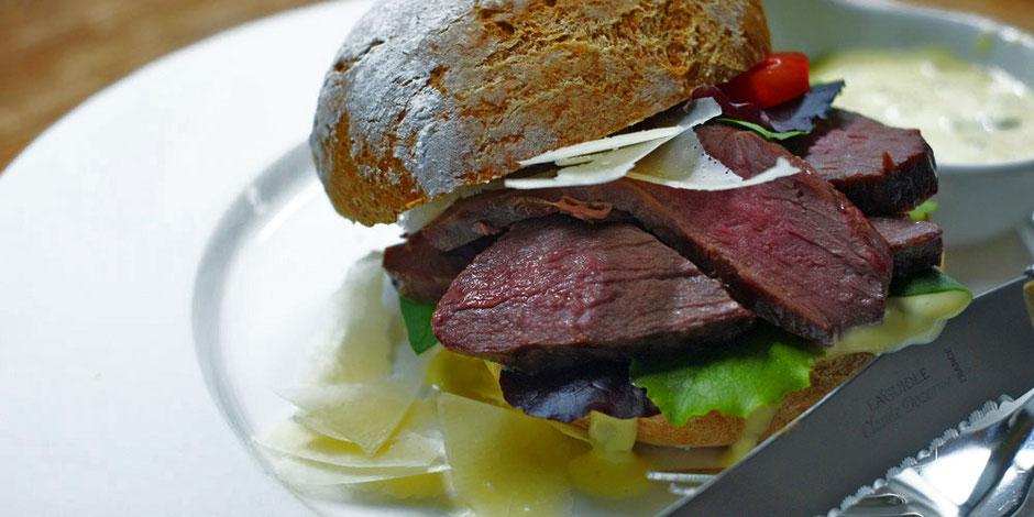 Kerstins Keto, Burger mit rosagebratenem Reh und Zitronencurry Remoulade