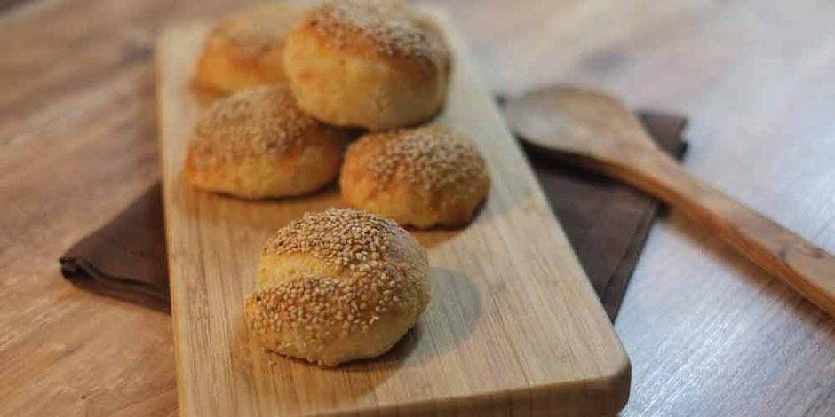 Keto Sonntagsbrötchen aus Mandelmehl und geschmolzenen Mozzarella mit Sesam