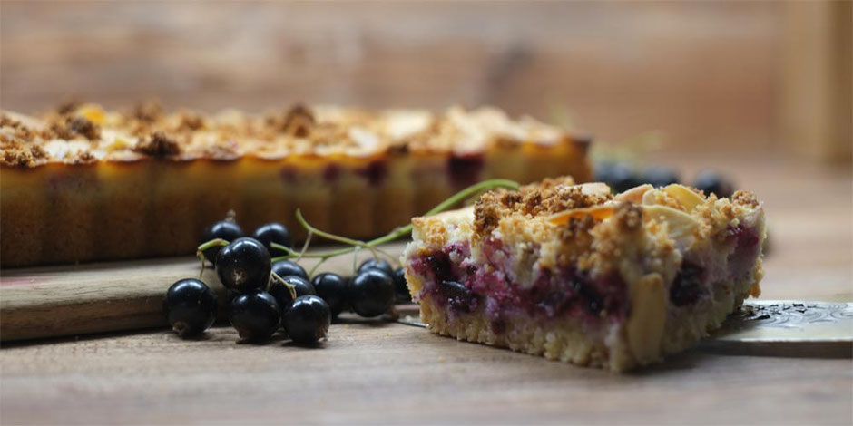 Keto Mandel-Kokos Streusel mit schwarzen Johannisbeeren, gluten- und zuckerfrei
