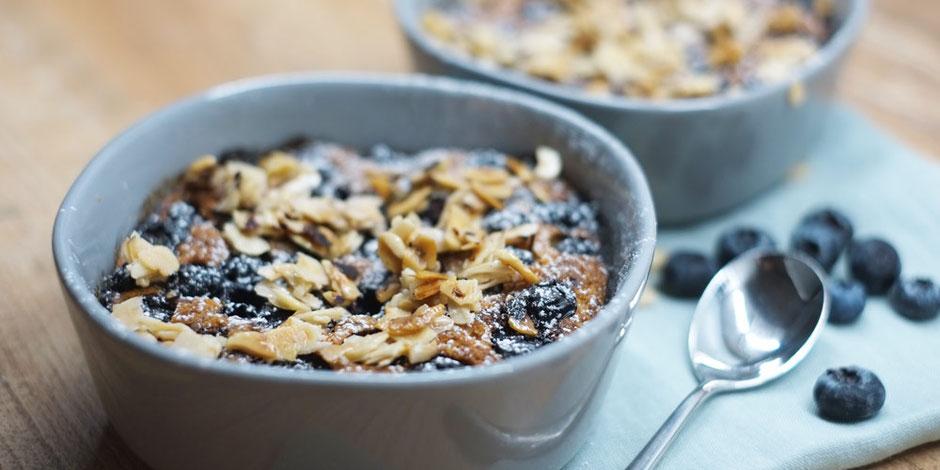Kerstins Keto, Keto Blaubeer Löffelkuchen mit Haselnusscrunch