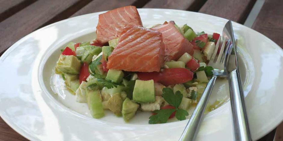 Keto Avocado-Gurken Salat mit Stremellachs