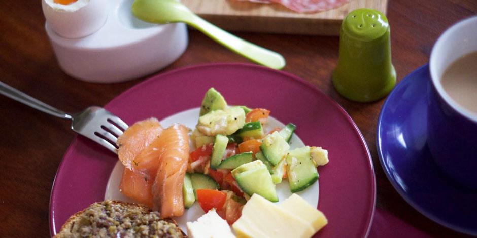 Kerstins Keto, ketogen Frühstücken mit Avocado, Lachs, Ei und Käse, glutenfrei