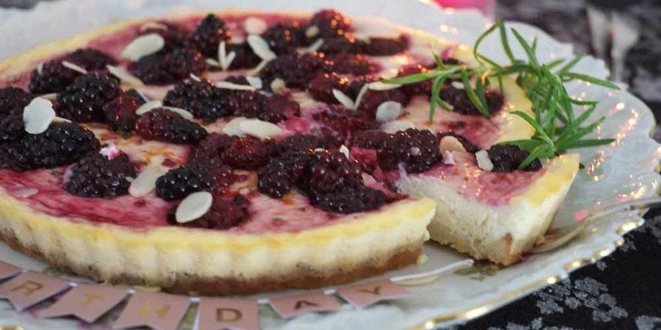 Keto Brombeer-Ricotta-Käsekuchen mit frischem Rosmarin