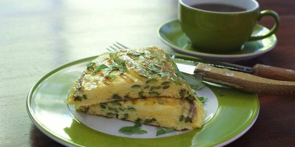 Keto Frühstück mit Spargelomelett und Parmesan