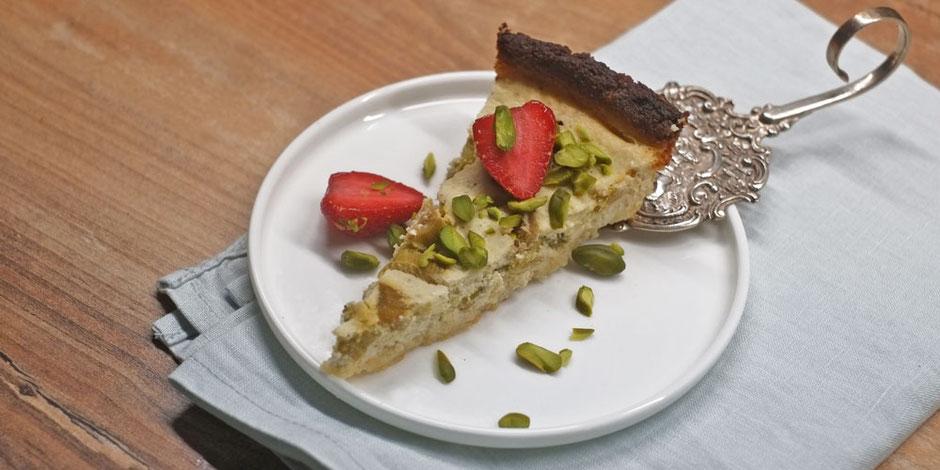Kerstins Keto, Rhabarber Mascarpone Tarte mit Erdbeeren und Pistazien Crunch