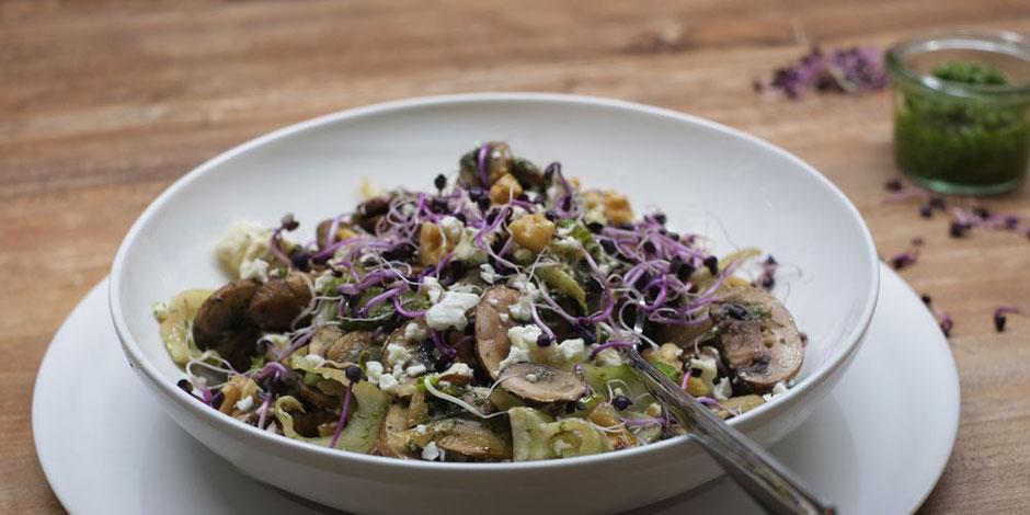 Kerstins Keto, Pilz-Fenchelpfanne mit Pesto, Walnüssen und Schafskäse