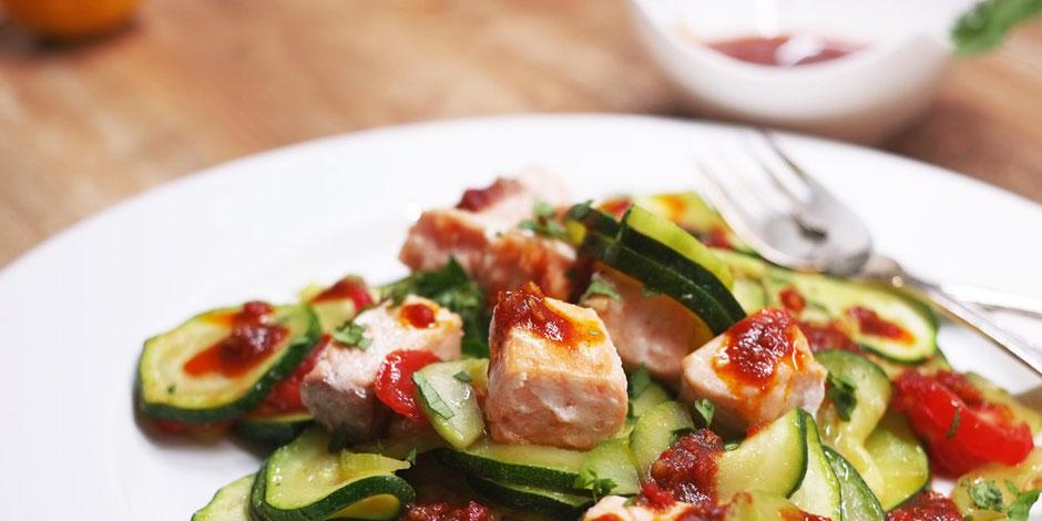 Kerstins Keto, Grünes Gemüse mit gebratenem Lachs und selbstgemachten Harissawürzöl