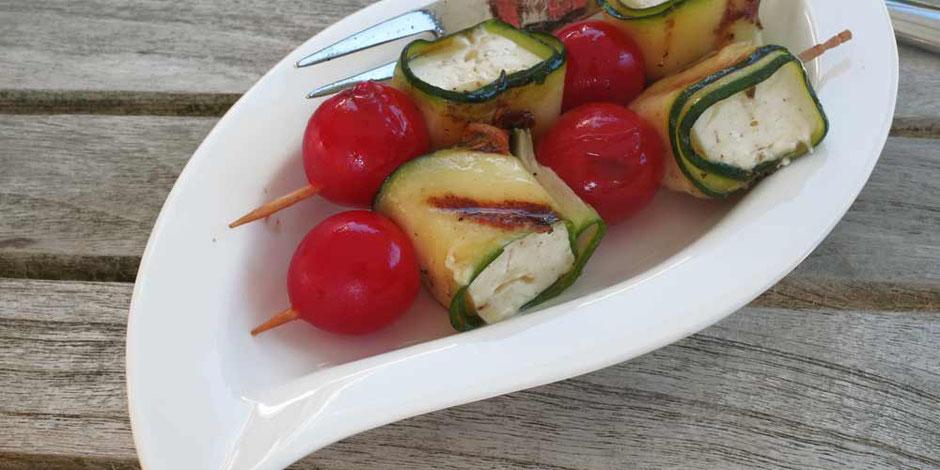 Keto Grillen mit Zucchini-Feta Spießen