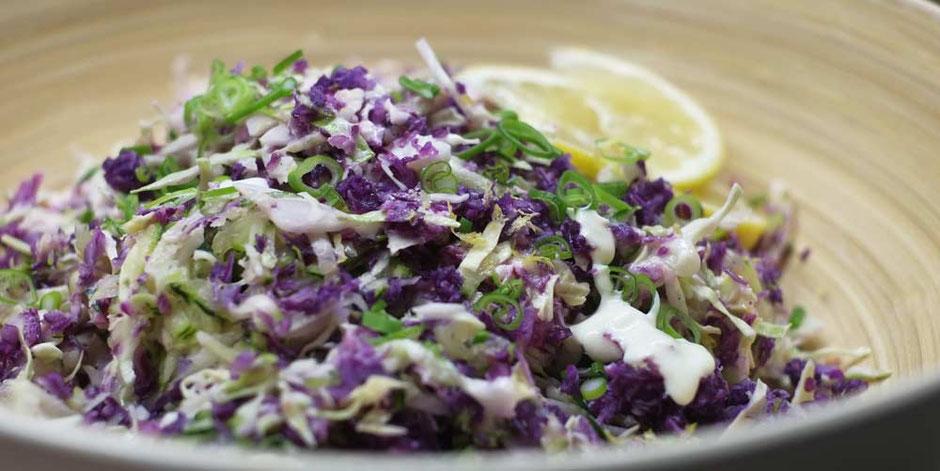 Keto Krautsalat mit Joghurt-Zitronen Dressing