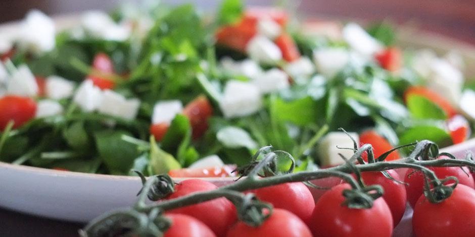Kerstins Keto, Blattsalat mit Tomaten und Mozzarella