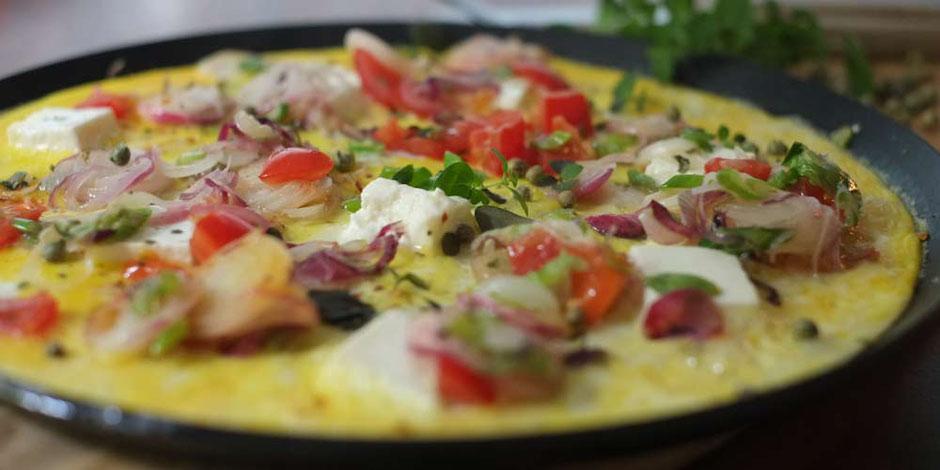 Kerstins Keto, Frühstücks Crèpes mit Schafskäse, roten Lauchzwiebeln und grünem Pfeffer